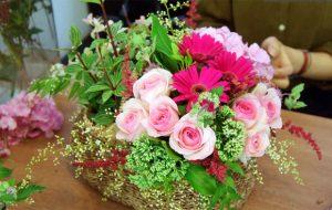 Cách cắm hoa hồng trong giỏ